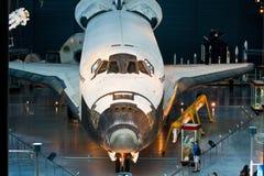 Transbordador espacial del descubrimiento en el aire y el museo espacial nacionales fotos de archivo