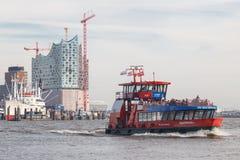 Transbordador público y Elbphilharmonie del puerto de Hamburgo imagenes de archivo