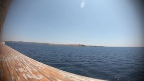 Transbordador que cruza el lapso del mar Mediterráneo a tiempo almacen de video