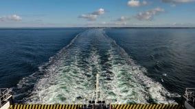 Transbordador que cruza en un océano almacen de video