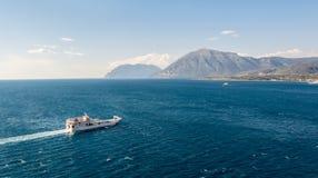 Transbordador que cruza una bahía Fotos de archivo