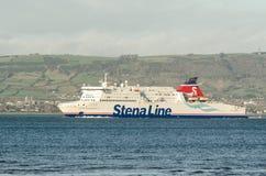 Transbordador que entra en el muelle en el puerto de Belfast Fotografía de archivo libre de regalías