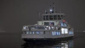 Transbordador que llega la noche Fotografía de archivo libre de regalías