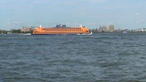 Transbordador que pasa por la isla de ellis, Nueva York almacen de metraje de vídeo