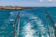 Transbordador que sale de una isla tropical remota foto de archivo libre de regalías