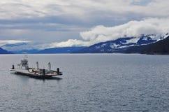 Transbordador que se acerca al muelle en el lago canadiense Fotos de archivo