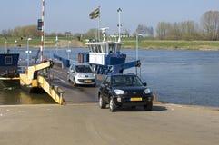 Transbordador que transporta los coches y a gente Foto de archivo
