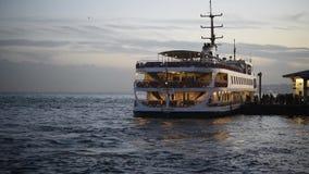 Transbordador que va al embarcadero en el bosphorus de Estambul, Turquía 4 de marzo de 2018 almacen de metraje de vídeo