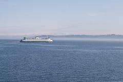 Transbordador a través de la niebla. Imagen de archivo