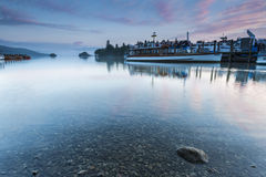 Transbordador y barcos en el lago Imágenes de archivo libres de regalías