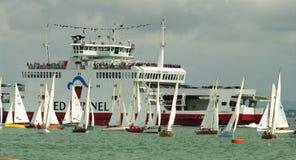 Transbordador y botes en la semana 2010 de los cowes Foto de archivo