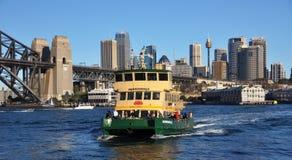 Transbordador y ciudad Australia de Sydney Imagen de archivo libre de regalías