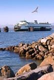 Transbordador y línea de la playa del sonido de Puget Fotografía de archivo libre de regalías