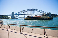 Transbordador y Sydney Harbour Bridge de hombres Foto de archivo libre de regalías