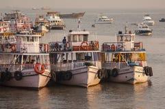 Transbordadores coloridos cerca de la entrada a la India Fotografía de archivo libre de regalías