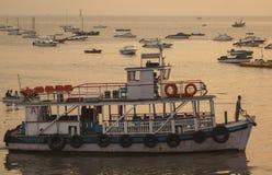 Transbordadores coloridos cerca de la entrada a la India Imagen de archivo