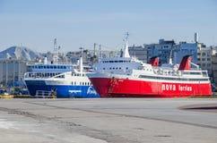 Transbordadores de Colorfull de puerto de Pireo Imagen de archivo
