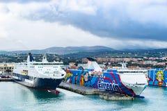 Transbordadores de las l?neas, de Tirrenia Athara y de Tirrenia Bithia de Grimaldi en el puerto de Civitavecchia, Roma foto de archivo libre de regalías