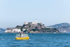 Transbordadores de los barcos del viaje que rodean la isla famosa de la prisión de Alcatraz foto de archivo libre de regalías