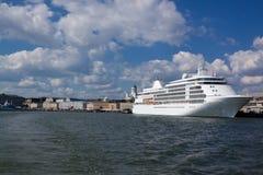 Transbordadores en los amarres en el puerto de Helsinki Imágenes de archivo libres de regalías