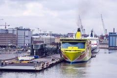 Transbordadores enormes en un puerto marítimo europeo Fotografía de archivo libre de regalías