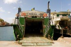 Transbordadores que aguardan el cargo y a pasajeros en el muelle de las granadinas Fotografía de archivo libre de regalías