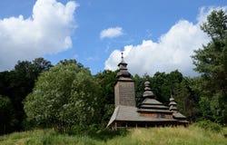Transcarpathian ukrainsk träkyrka, Kanora by, Europa Royaltyfria Foton
