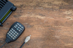 Transceptor de rádio móvel na tabela de madeira Fotografia de Stock Royalty Free