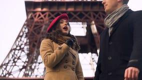 A transeuntes bonitos da menina perguntando como obter à torre famosa, barreira linguística vídeos de arquivo