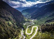 Transfagarasan罗马尼亚弯曲道路鸟瞰图HDR图象 免版税图库摄影