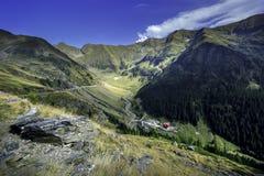 Transfagarasan la route la plus célèbre en montagnes de Fagaras de la Roumanie Photos stock