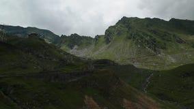 Transfagarasanweg op een bewolkte dag stock videobeelden