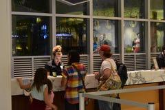 Transferência de coordenação da partida da família à entrada do hotel no hotel da baía da cabana em Universal Studios fotografia de stock royalty free