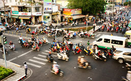 Transferência pelo velomotor, situação insegura, Vietname foto de stock