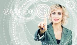 Transferências de dinheiro, troca e conceito depositar Mulher de negócio que aponta na moeda do dólar dos EUA em alto - fundo  imagens de stock royalty free