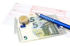 Transferencia bancaria euro con el dinero, resbalón, pluma Fotos de archivo