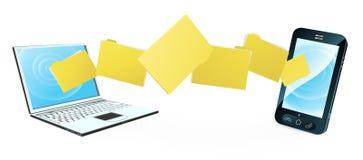 Transferencia de archivos del teléfono del ordenador portátil Foto de archivo