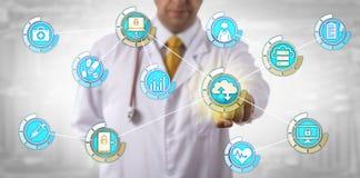 Transferencia de datos de Activates Mobile Cloud del médico imagen de archivo