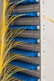 Transferencia de datos por la tecnolog?a de la informaci?n de fibra ?ptica foto de archivo