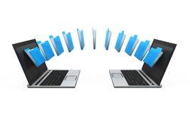 Transferencia de los datos del ordenador portátil Imágenes de archivo libres de regalías