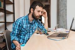 Transferencia directa del programa del ingeniero que espera barbudo para Fotos de archivo libres de regalías