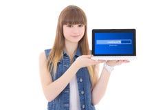 Transferencia linda del adolescente algo de Internet usando lapt Foto de archivo