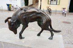 TRANSFERRINA, SLOVENIA - 15 AGOSTO 2017: Statua moderna del cane da Jacov Brdar sul macellaio Bridge Fotografie Stock