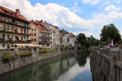TRANSFERRINA, SLOVENIA - CIRCA LUGLIO 2014: Vecchio argine della città in Lj Fotografie Stock Libere da Diritti