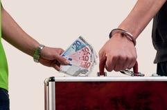 Affaire de transfert d'affaires. passation d'une valise pour l'argent Photographie stock libre de droits