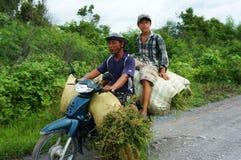 Transfert de surcharge en la moto photographie stock libre de droits