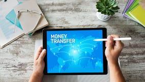 Transfert et e-paiements d'argent globaux Internet et concept financier de technologie photos libres de droits