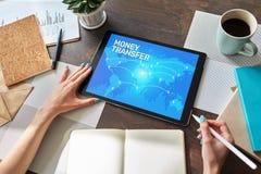 Transfert et e-paiements d'argent globaux Internet et concept financier de technologie photographie stock libre de droits
