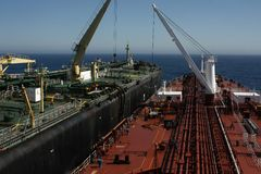 Transfert navire-navire de STS images stock