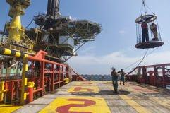 Transfert personnel de panier à la plateforme pétrolière images libres de droits